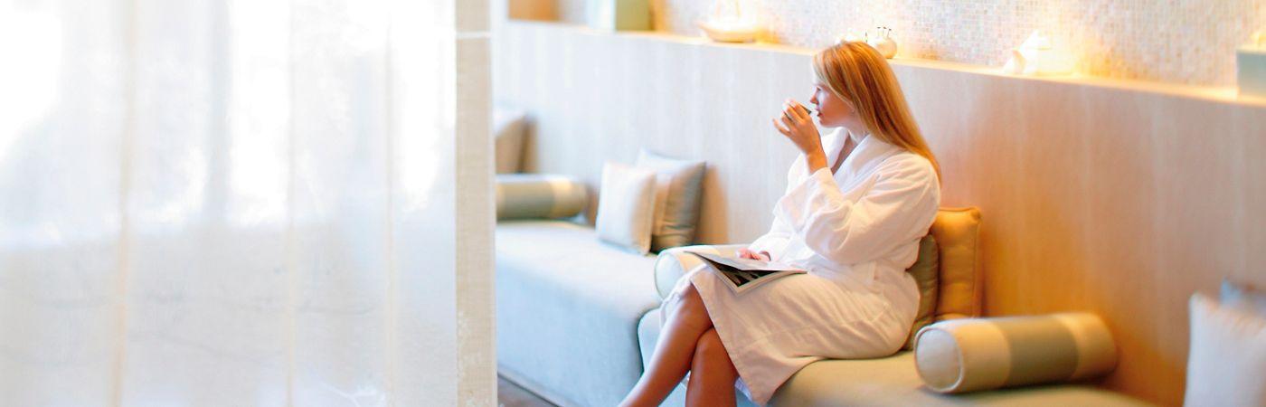 new-york-luxury-spa-guest-relaxing-in-oriental-tea-lounge-3